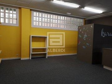 Foto 3 de Julio Urkixo Etorbidean, erakusleiho handiekin merkataritza lokala