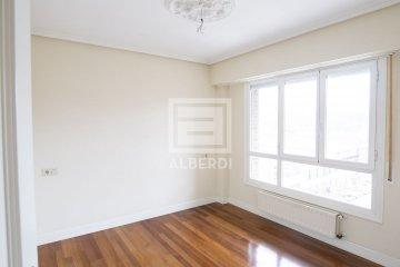 Foto 6 de En Trenbidearen Zumardia, piso completo en muy buen estado con zona duplex en el ático