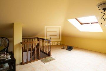 Foto 9 de En Trenbidearen Zumardia, piso completo en muy buen estado con zona duplex en el ático